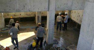 Công nhân đang quét sơn chống thấm tầng hầm